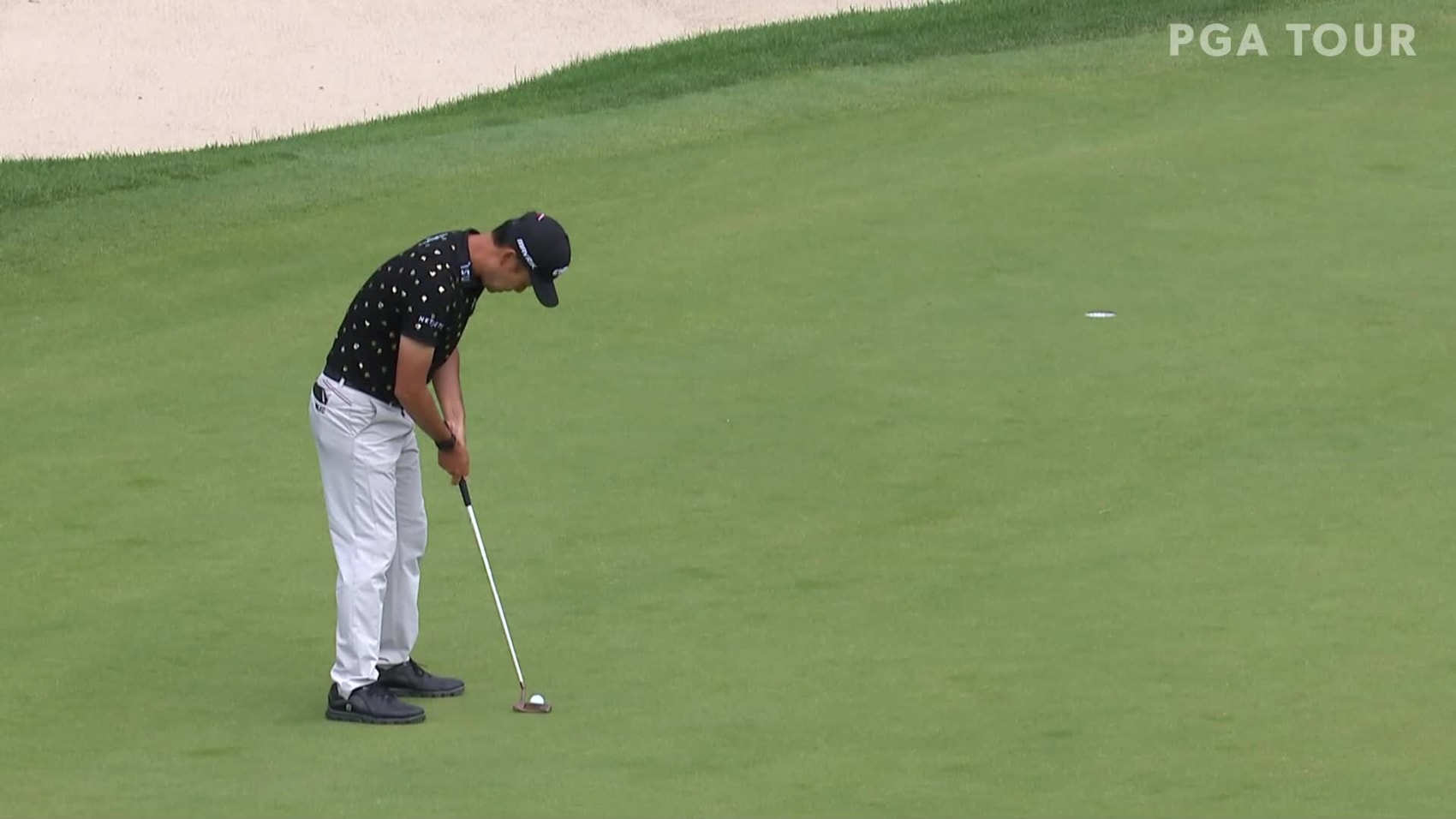 In the final round of the 2020 Travelers Championship, Kevin Na makes a 23-foot birdie putt on the par-4 18th hole.